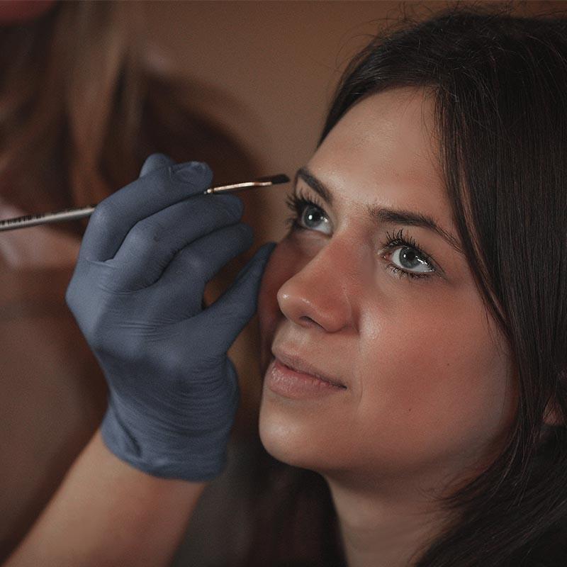 Eyebrow-tinting-with-Hennè